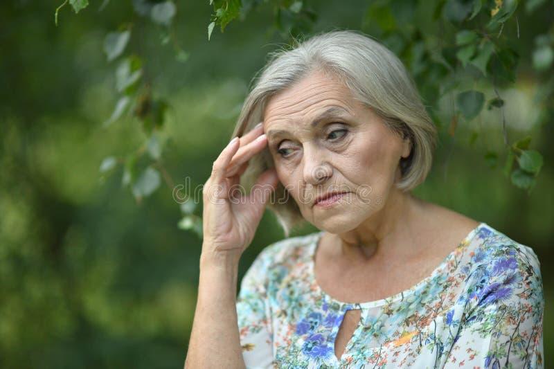 Donna anziana triste piacevole immagine stock