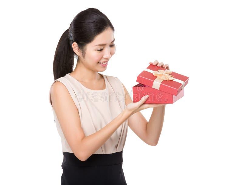 Donna aperta con il contenitore di regalo fotografia stock