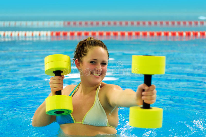 Donna in aqua aerobico fotografia stock libera da diritti