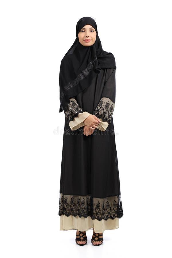 Donna araba che posa stare indossante un hijab fotografia stock