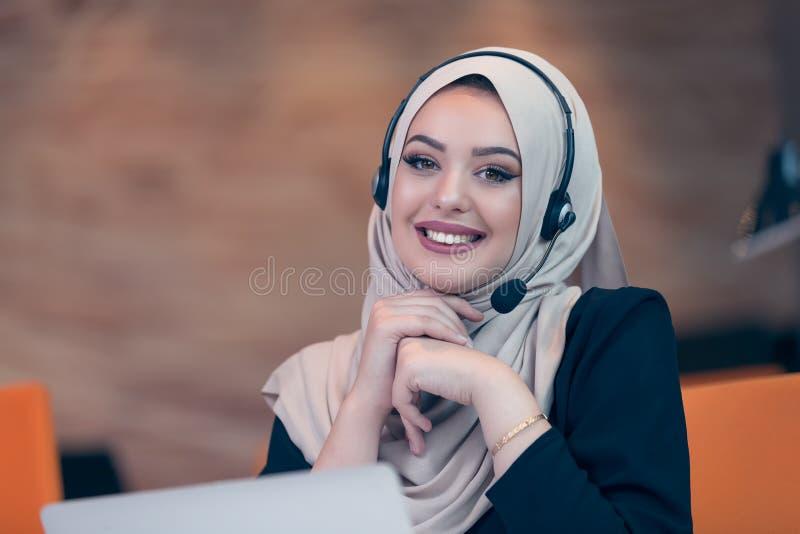 Donna araba del bello operatore del telefono che lavora nell'ufficio startup fotografie stock