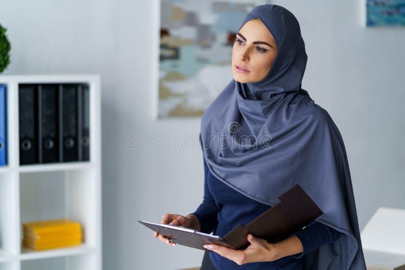 Donna araba elegante in ufficio immagine stock libera da diritti