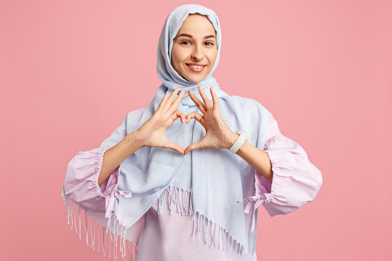 Donna araba felice nel hijab Ritratto della ragazza sorridente, posante al fondo dello studio immagini stock