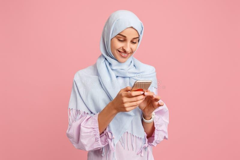 Donna araba felice nel hijab Ritratto della ragazza sorridente, posante al fondo dello studio immagine stock libera da diritti