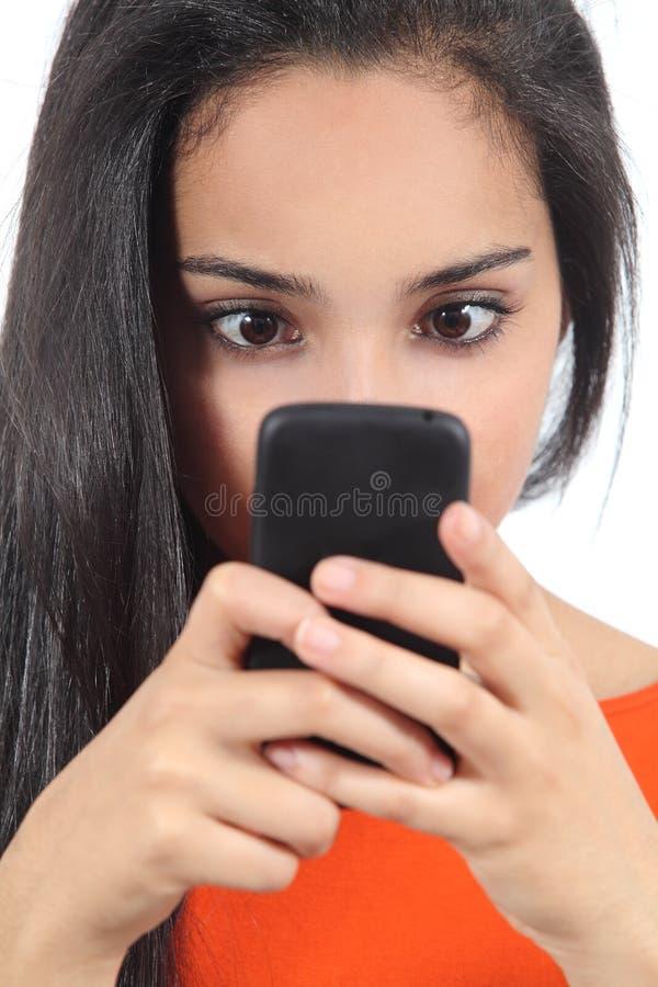 Donna araba graziosa ossessionata con il suo smartphone fotografia stock libera da diritti