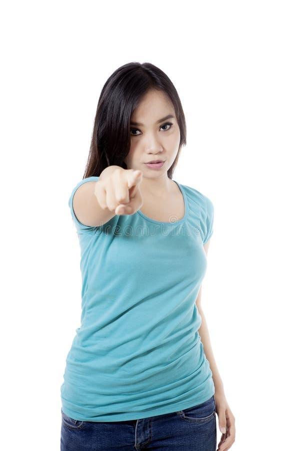 Donna arrabbiata che indica alla macchina fotografica fotografia stock libera da diritti