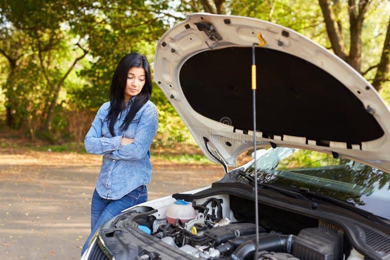 Donna arrabbiata con un'automobile rotta fotografia stock libera da diritti