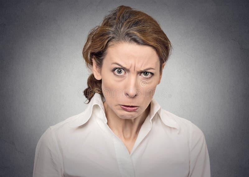 Donna arrabbiata del ritratto immagini stock