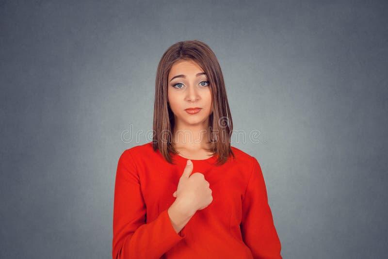 Donna arrabbiata e infastidita, infuriandosi, chiedentegli che parlate con me fotografia stock libera da diritti