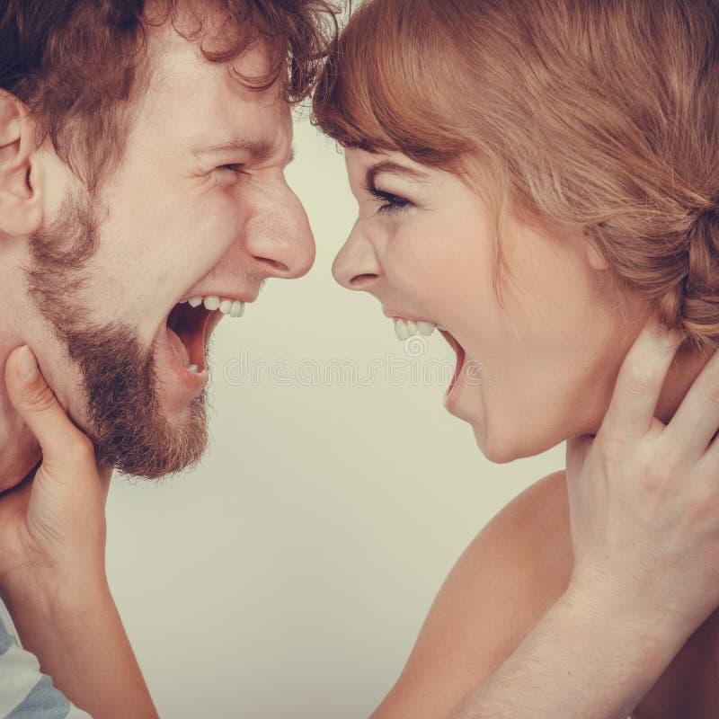 Donna arrabbiata ed uomo che urlano ad a vicenda immagini stock libere da diritti
