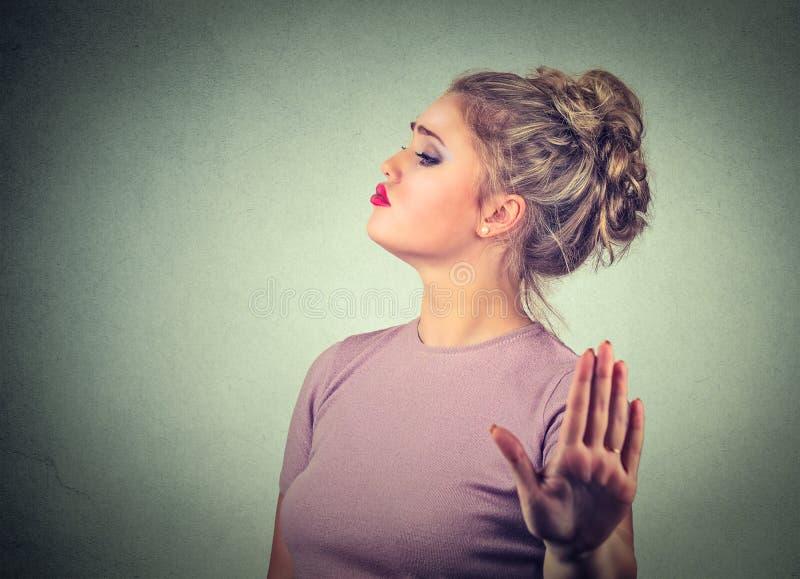 Donna arrabbiata infastidita snobistica che presenta esposto al gesto di mano fotografie stock libere da diritti