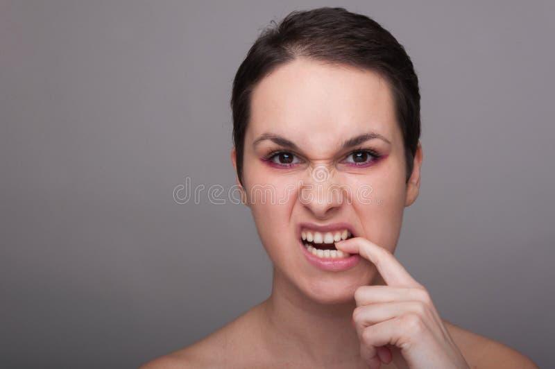 Donna arrabbiata o furiosa che aggrotta le sopracciglia fotografia stock libera da diritti