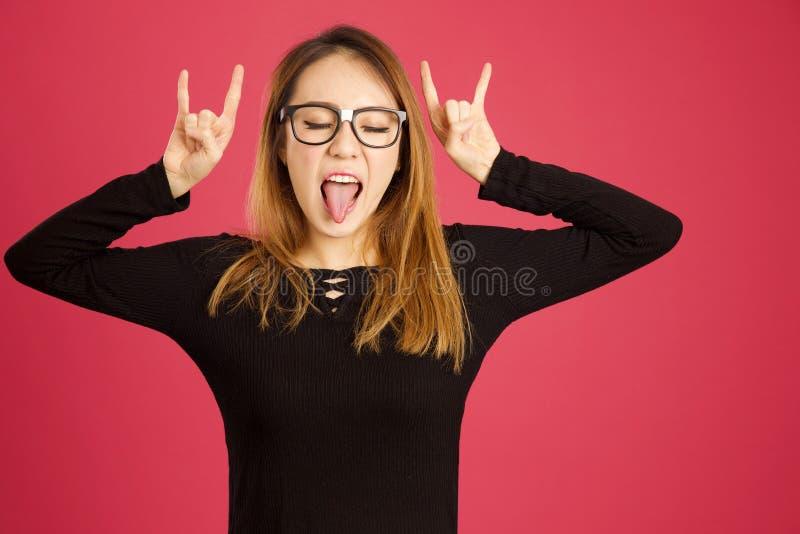 Donna asiatica abbastanza giovane nello studio che oscilla fuori fotografie stock