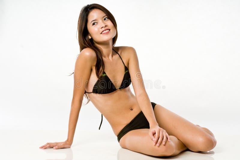 Donna asiatica in bikini immagini stock libere da diritti