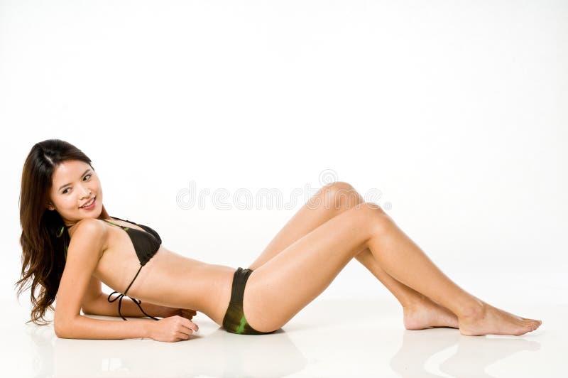 Donna asiatica in bikini fotografie stock libere da diritti