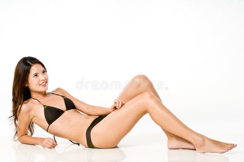 Donna asiatica in bikini immagine stock