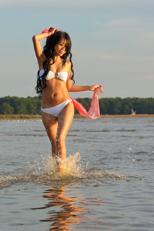 Donna asiatica in bikini bianco fotografie stock