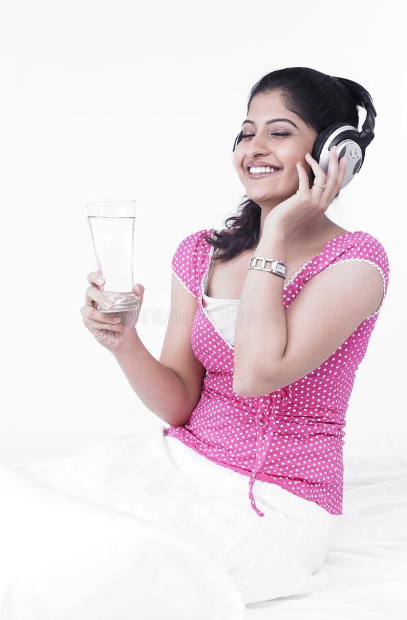 Donna asiatica che ascolta la musica fotografie stock