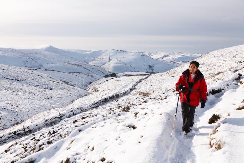 Donna asiatica che fa un'escursione nella neve immagine stock libera da diritti
