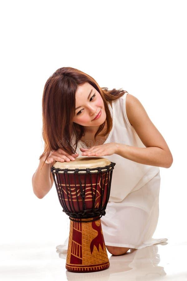 Donna asiatica che gioca il tamburo della mano fotografie stock