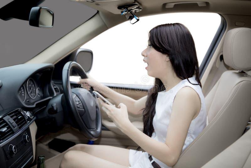 Donna asiatica che grida prima dell'incidente stradale fotografie stock libere da diritti