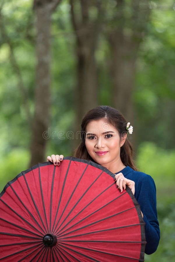 Donna asiatica che indossa stile tailandese tradizionale fotografia stock libera da diritti