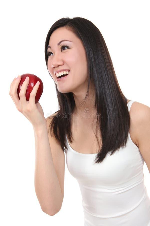 Donna asiatica che mangia Apple immagine stock libera da diritti