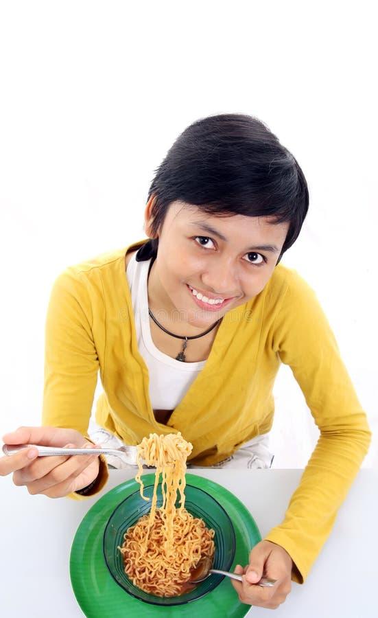 Donna asiatica che mangia tagliatella immagine stock libera da diritti