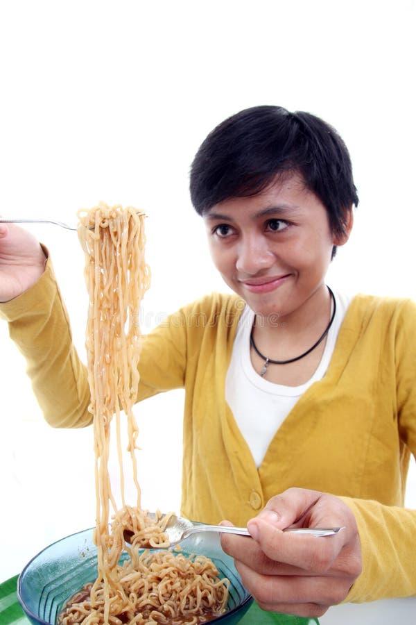 Donna asiatica che mangia tagliatella fotografia stock libera da diritti