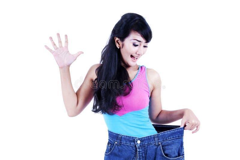 Donna asiatica che ottiene sottile isolato nel bianco immagini stock