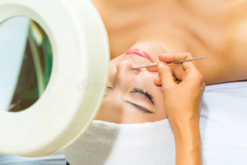 Donna asiatica che ottiene un trattamento facciale in stazione termale fotografie stock libere da diritti