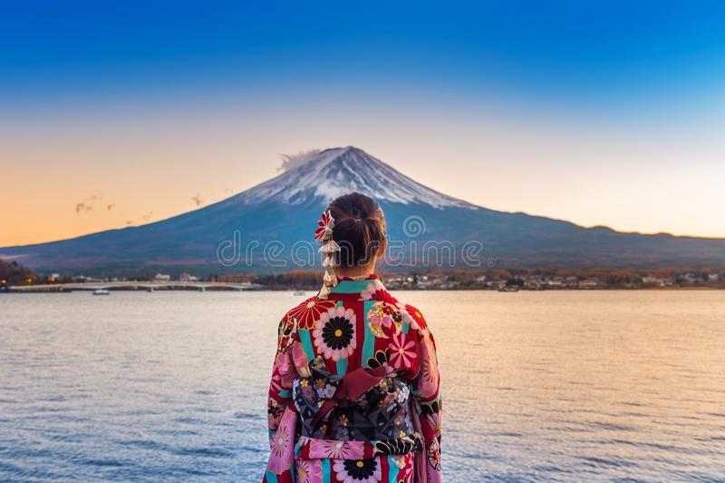 Donna asiatica che porta kimono tradizionale giapponese alla montagna di Fuji Tramonto nel lago Kawaguchiko nel Giappone immagine stock