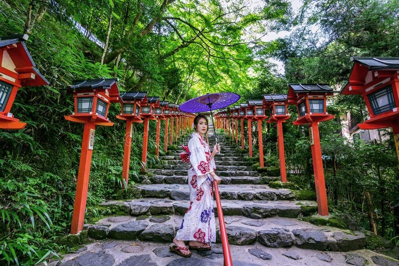 Donna asiatica che porta kimono tradizionale giapponese a Kifune Shrine a Kyoto, Giappone immagini stock