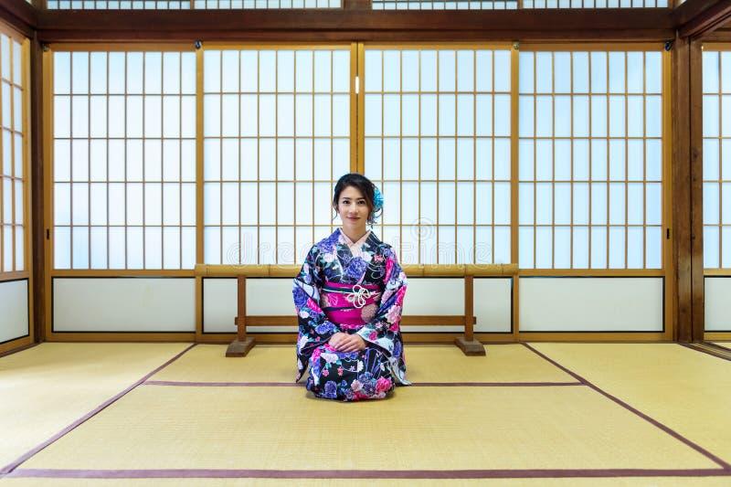 Donna asiatica che porta kimono tradizionale giapponese nel Giappone fotografia stock