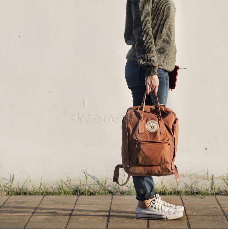 Donna asiatica che porta una borsa fotografia stock libera da diritti