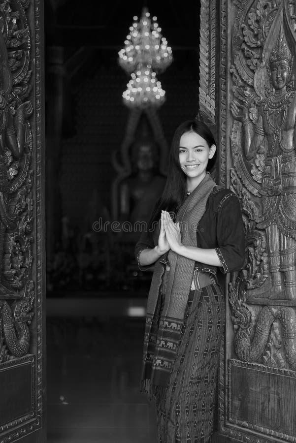Donna asiatica che porta vestito tailandese (tradizionale) tipico immagini stock