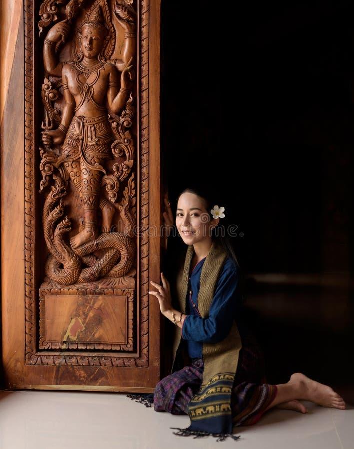 Donna asiatica che porta vestito tailandese (tradizionale) tipico fotografia stock