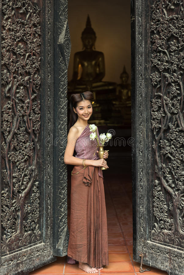 Donna asiatica che porta vestito tailandese (tradizionale) tipico in tempio immagine stock libera da diritti