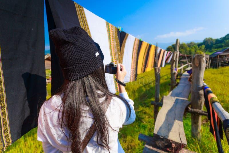Donna asiatica che prende a foto i sarongs tailandesi variopinti che fluttuano nel fotografia stock libera da diritti