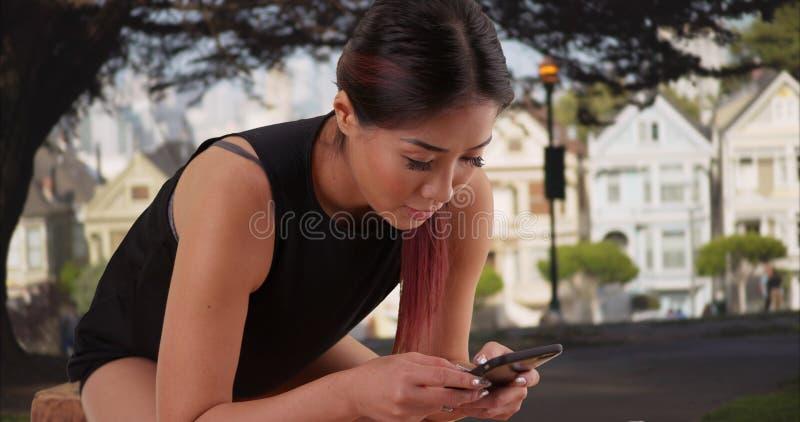 Donna asiatica che riposa dopo di lunga durata all'aperto fotografia stock