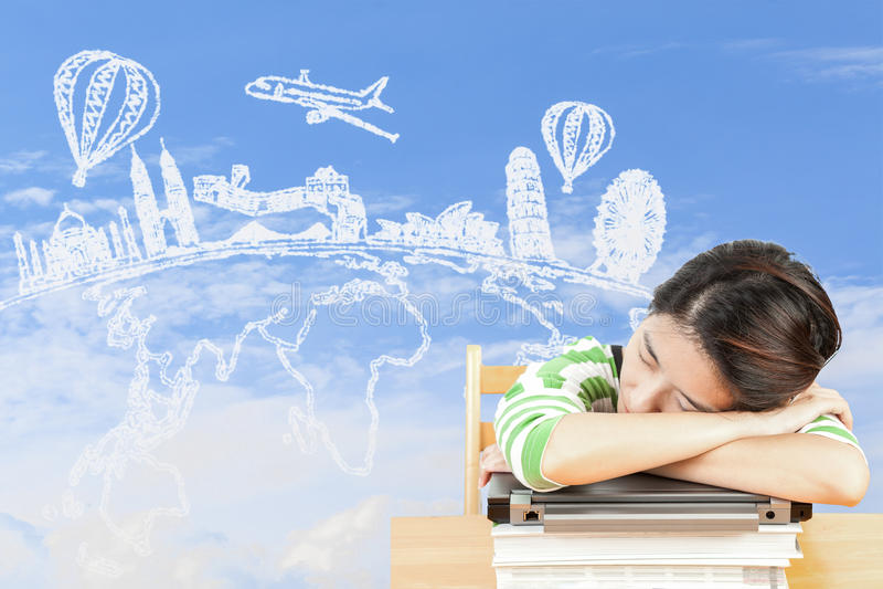Donna asiatica che sogna del viaggio e della festa immagini stock libere da diritti