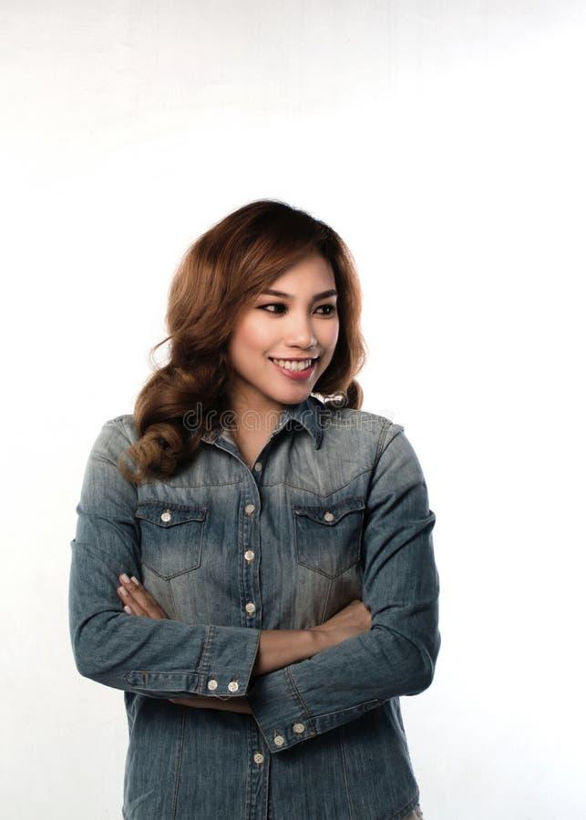 Donna asiatica che sorride, armi attraversate fotografia stock