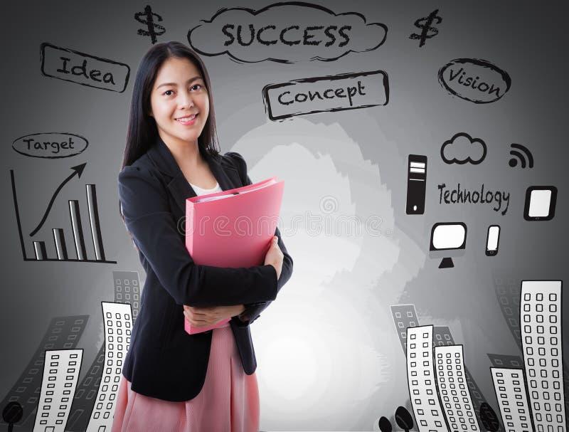 Donna asiatica che sorride sul fondo di affari immagine stock libera da diritti