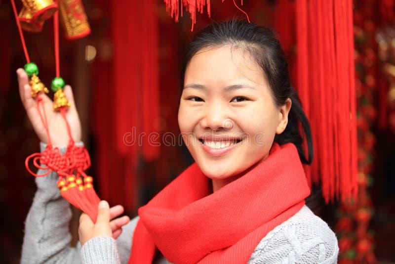 Donna asiatica che tiene annodamento cinese fotografia stock