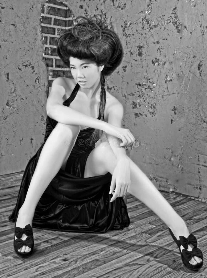 Donna asiatica con alti capelli designati fotografie stock