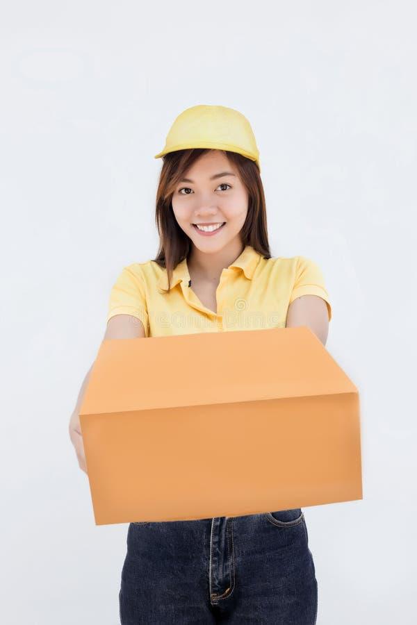 Donna asiatica con il contenitore uniforme di pacchetto di rappresentazione della serie immagini stock libere da diritti
