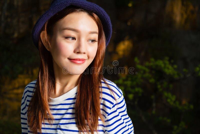 Donna asiatica con il fondo della natura fotografia stock