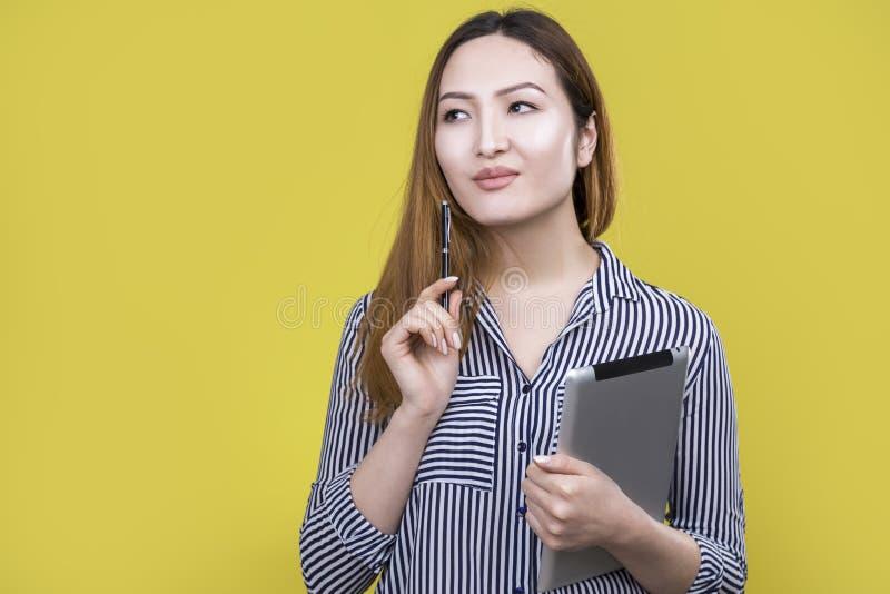Donna asiatica con la compressa immagini stock libere da diritti