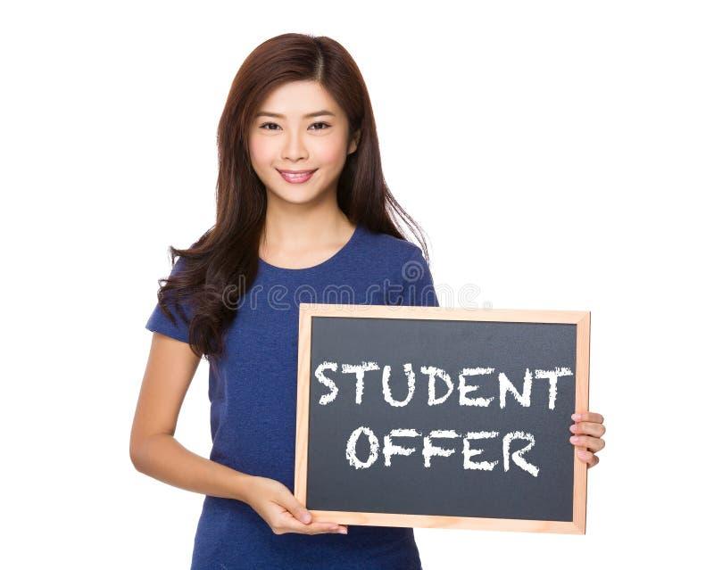 Donna asiatica con la lavagna che mostra frase dell'offerta dello studente fotografia stock