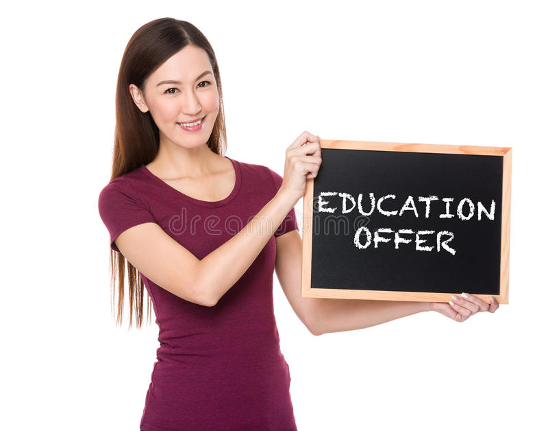 Donna asiatica con la lavagna che mostra offerta di istruzione immagine stock